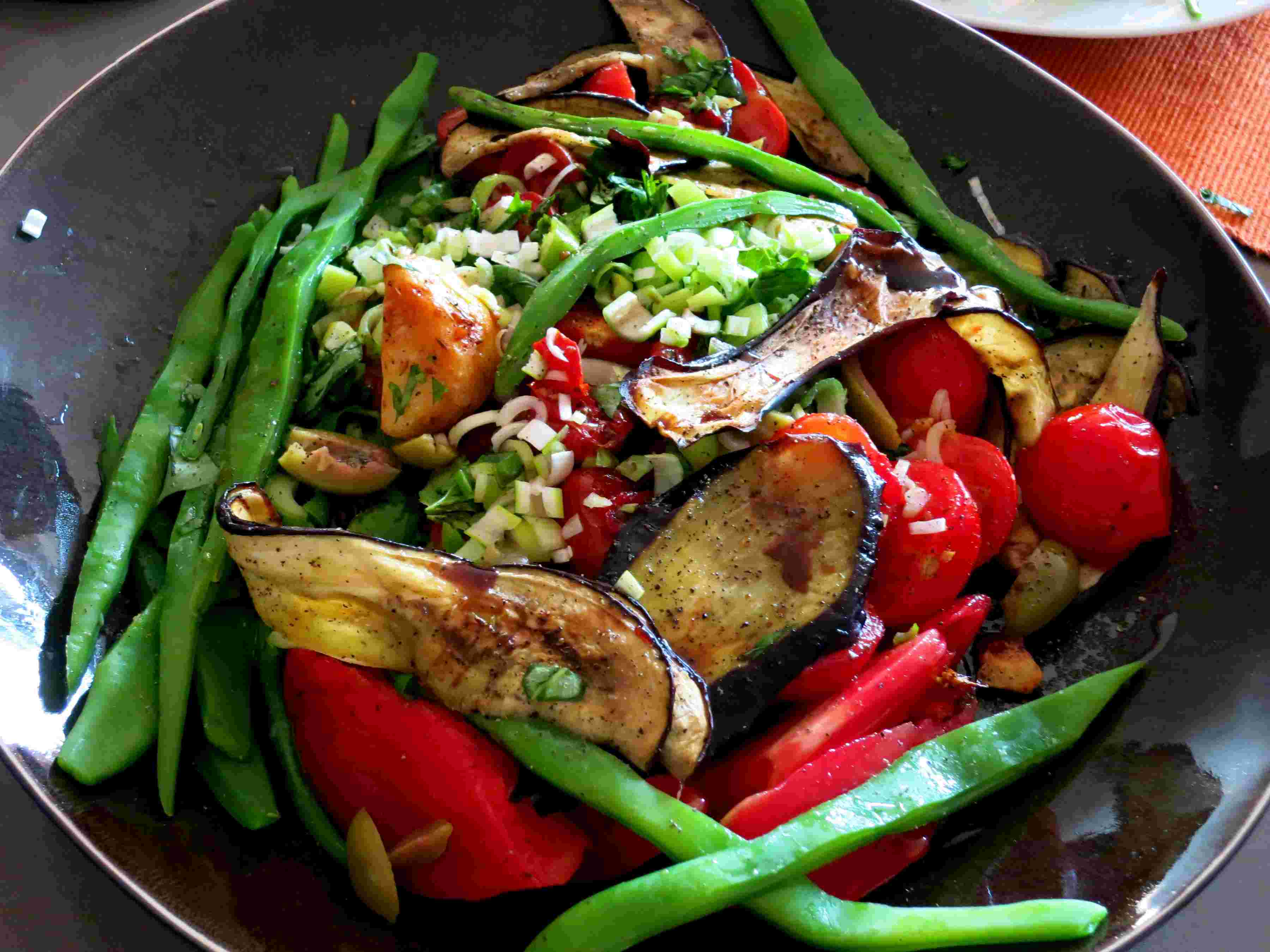 salade-van-snijbonen-aubergine-en-geroosterde-tomaten.jpg